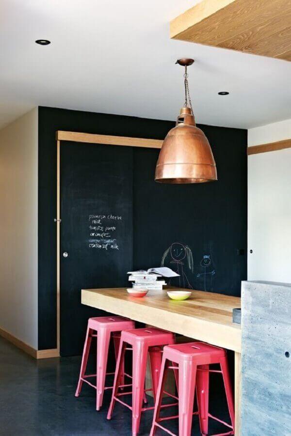 cobre na decoração de cozinha americana com banquetas rosa e parede de lousa Foto Maison de rêve (1)