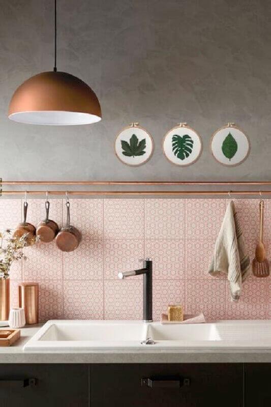 cobre na decoração de cozinha com parede cinza e rosa Foto Adoro Arquitetura
