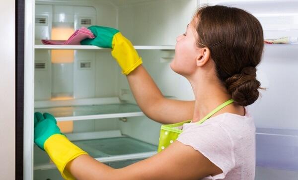 como tirar cheiro de geladeira com limpeza