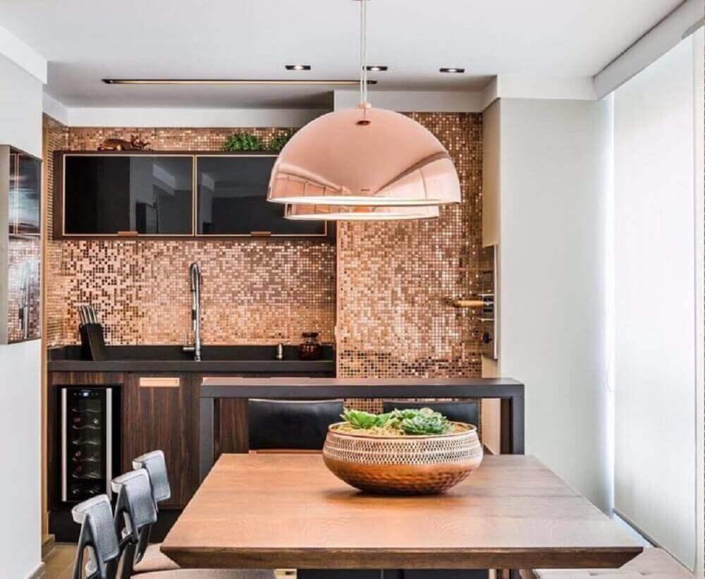cor cobre para revestimento e luminária na decoração de cozinha Foto Mariana Lobo