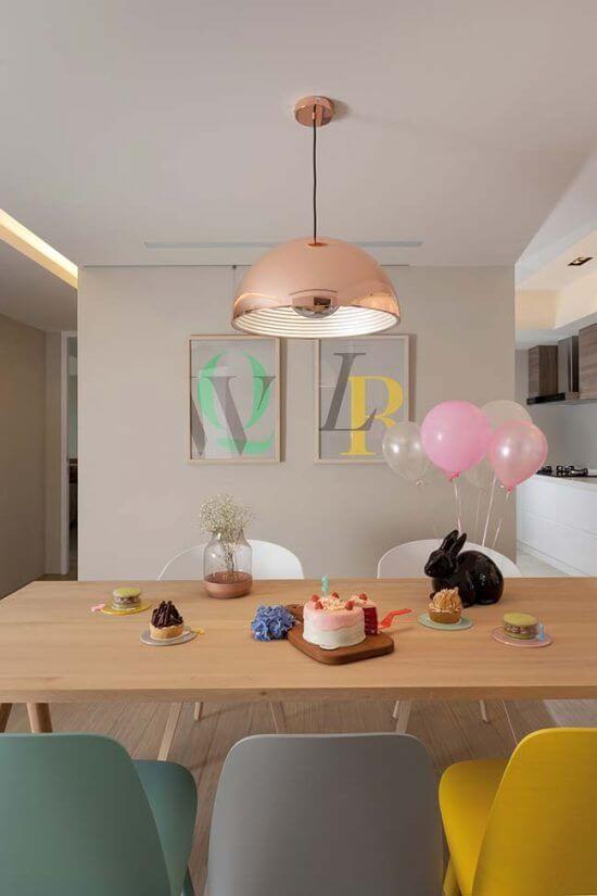 Cozinha com cores de tintas neutras e móveis em tons pasteis