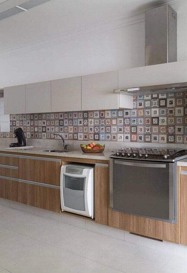 cozinha decorada com bancada de granito branco Itaúnas e ladrilho hidráulico Foto Pinosy