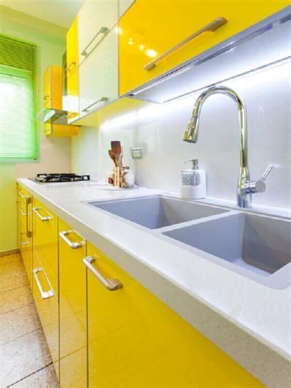cozinha planejada com armários amarelos e bancada de granito branco Foto Air Freshener