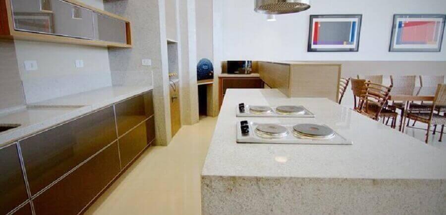 cozinha planejada com ilha e Granito branco Siena Foto Claramar