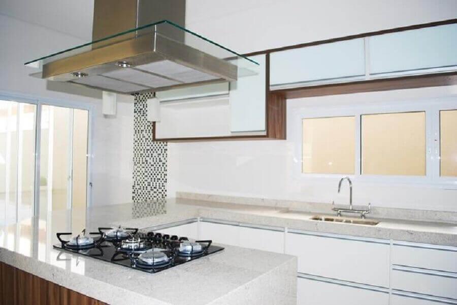 cozinha planejada com ilha e bancada de granito branco com cooktop Foto Cotrimex