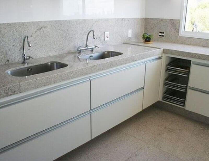 cozinha simples decorada com bancada de granito branco Foto Frimagazine