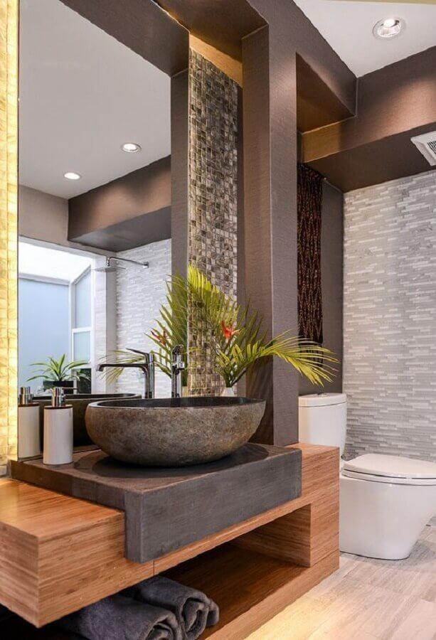 cuba de pedra para lavabo moderno decorado com bancada de madeira Foto Pinosy