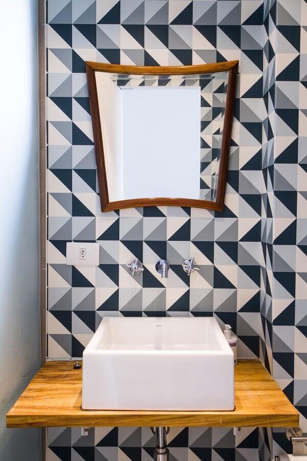 cuba para lavabo pequeno com bancada de madeira e azulejo azul e branco  Foto Arquitetura Paralela