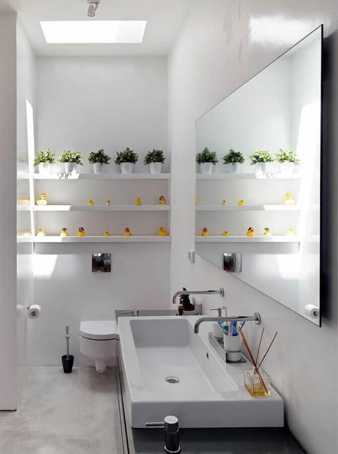 cuba para lavabo pequeno todo branco decorado com vasinhos de planas e patinhos amarelos Foto Archilovers