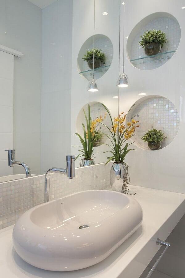 cuba para lavabo todo branco decorado com prateleira de vidro e vaso prata  Foto Mais Arquitetura