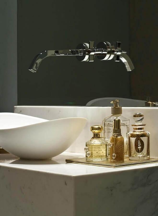 cuba pequena para lavabo com torneira de parede Foto Caroline Gabriades