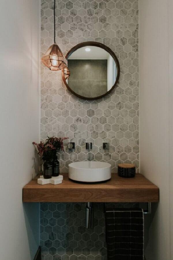 cuba pequena para lavabo  decorado com bancada de madeira e espelho redondo Foto The Spruce