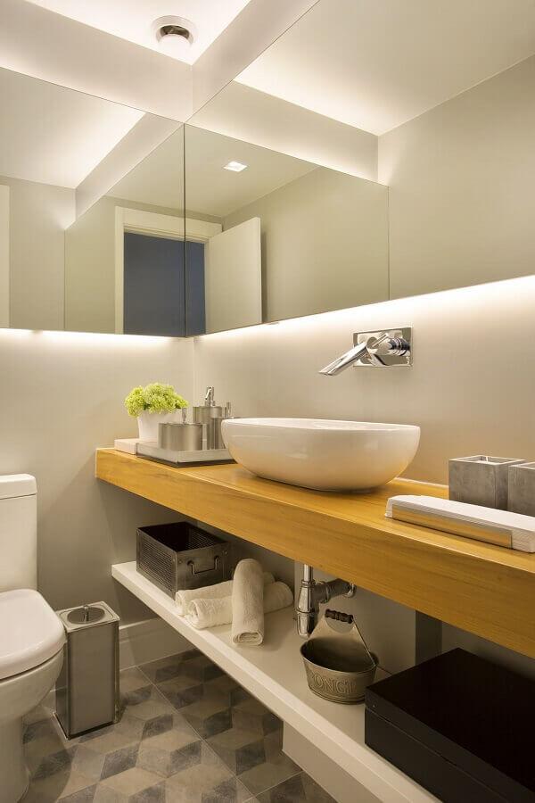 cuba pequena para lavabo simples com bancada de madeira e iluminação de led atrás do espelho Foto Fernanda Azevedo Mancini