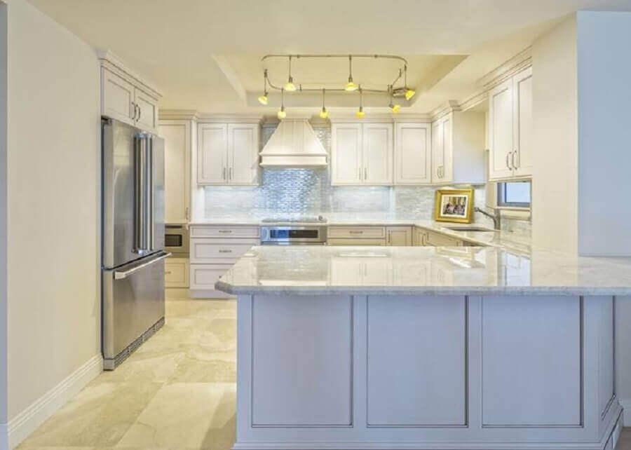 decoração clean para cozinha planejada com bancada de granito branco Foto Istock
