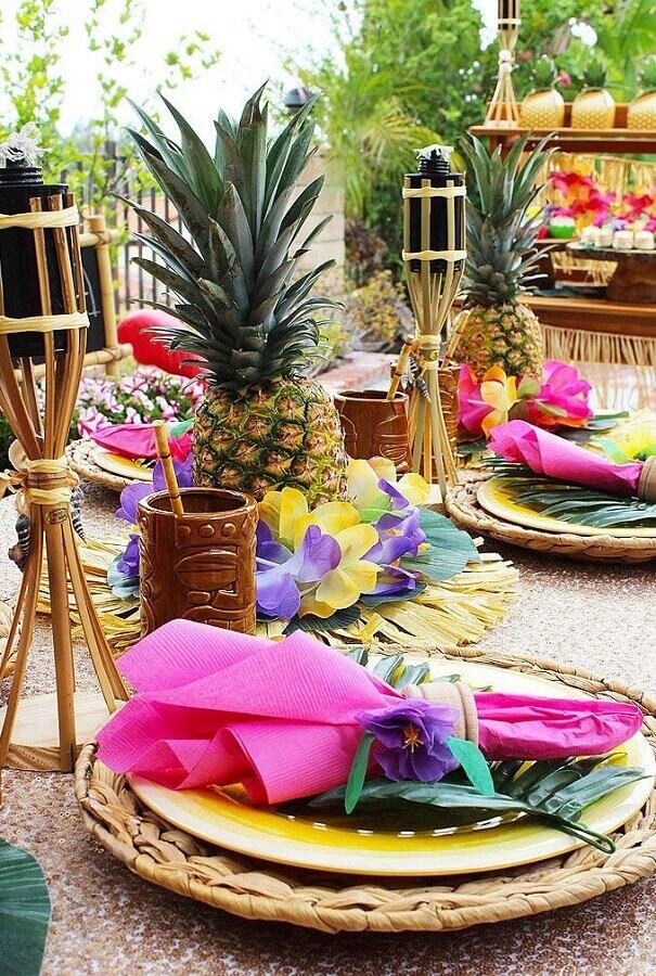 decoração colorida para mesa de festa luau com abacaxi e sousplat rústico Foto Assetproject