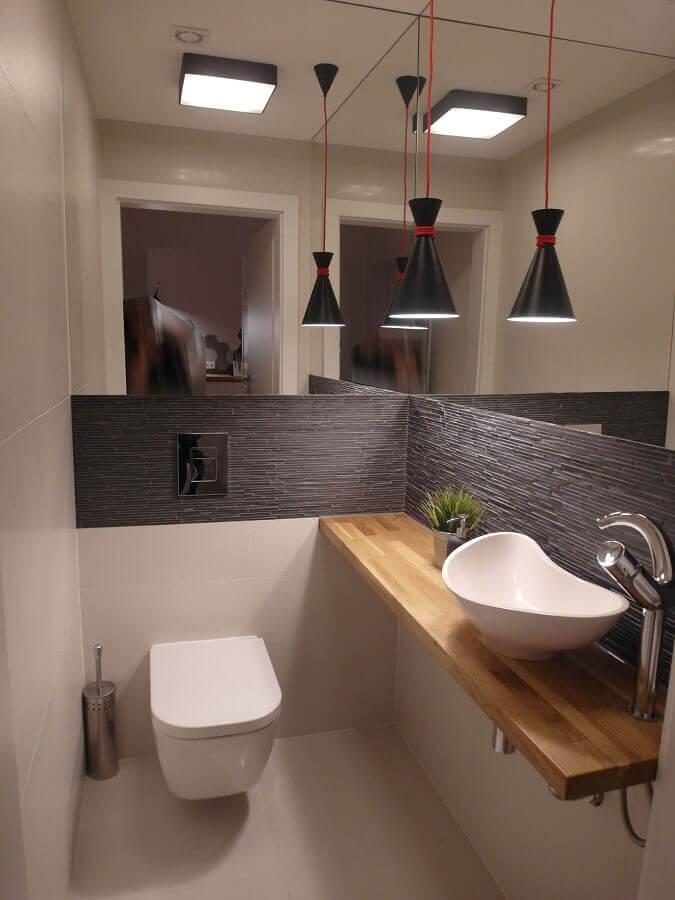 decoração com cuba de apoio para lavabo moderno com bancada de madeira e luminária preta  Foto Pinterest