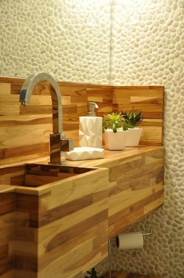 decoração com cuba de madeira para lavabo com revestimento de pedra  Foto Piso em Madeira