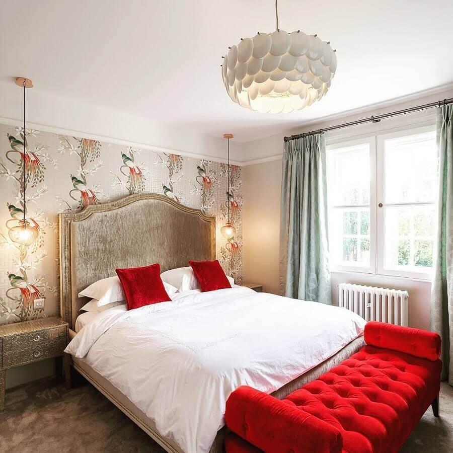 decoração com estilo clássico para quarto de casal com tons de vermelho e papel de parede Foto Sue Murphy