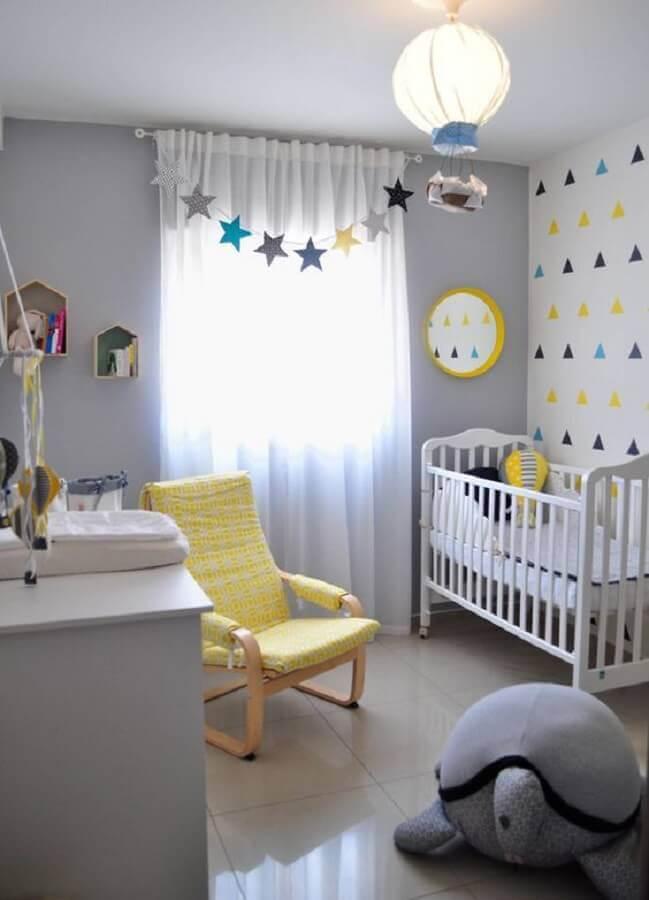 decoração com lustre balão para quarto de bebê cinza e amarelo Foto Mama365