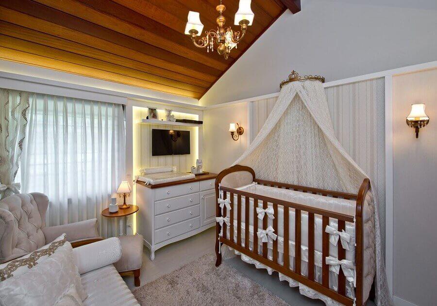 decoração com lustre para quarto de bebê com berço de madeira e tapete felpudo   Foto Espaço do Traço Arquitetura