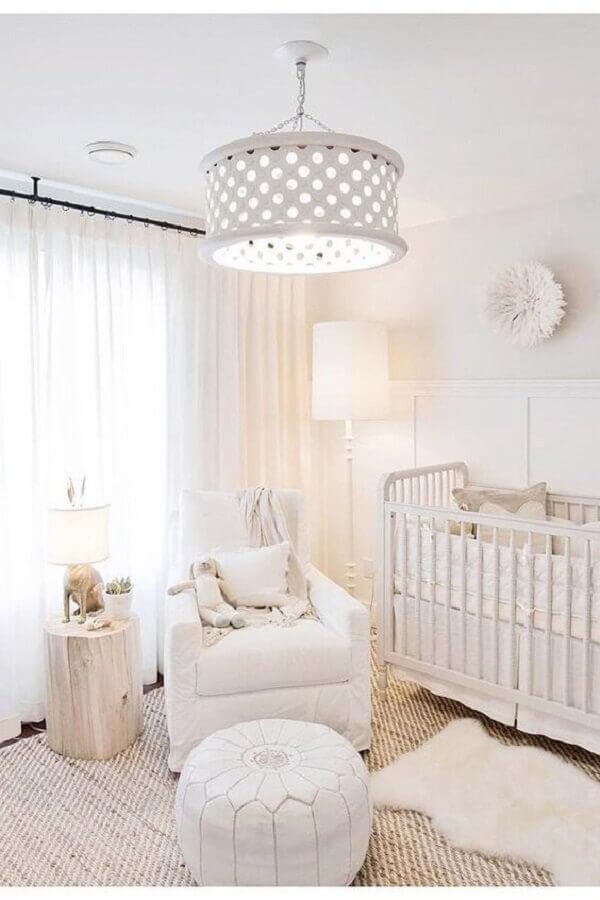 decoração com lustre para quarto de bebê todo branco  Foto France & Søn Blog