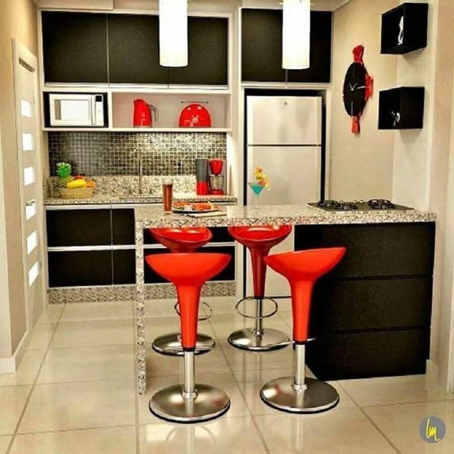 decoração cozinha pequena planejada com armários pretos e banquetas vermelhas Foto Pinterest