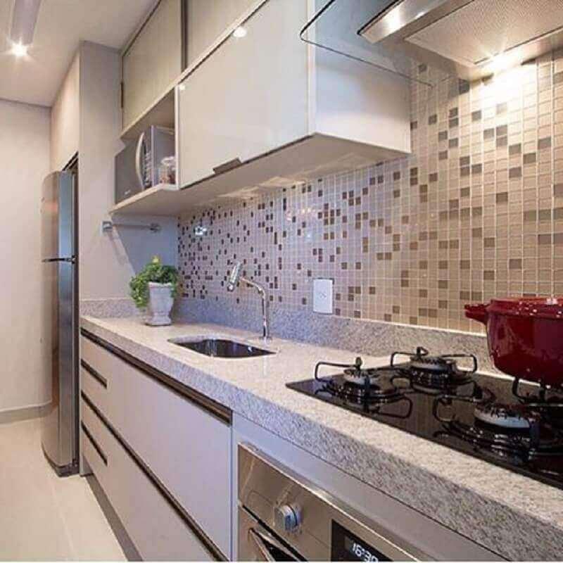 decoração de cozinha com bancada de granito branco e pastilha como revestimento de parede Foto Booz Móveis Planejados