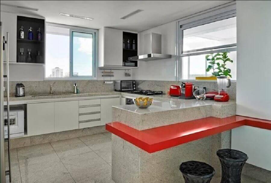 decoração de cozinha com granito branco e bancada de silestone vermelho Foto Cássio Gontijo
