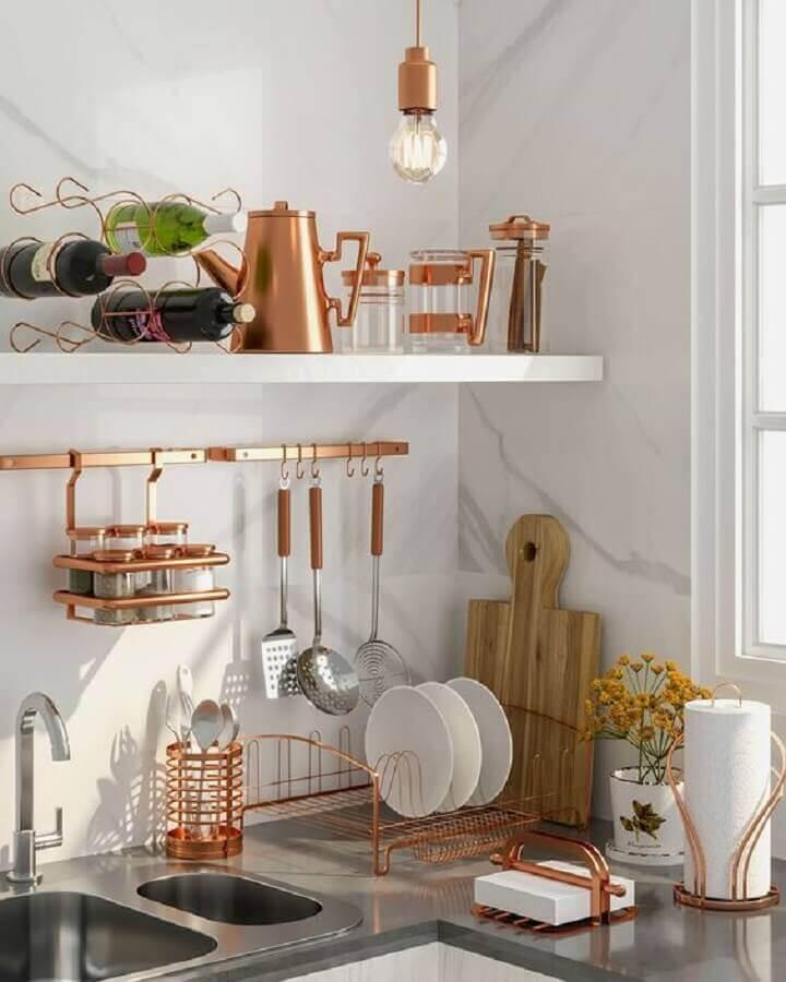 decoração de cozinha com peças de aramado na cor cobre Foto Reedecore