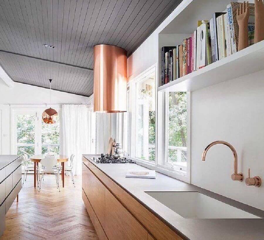 decoração de cozinha planejada com armários de madeira e coifa na cor cobre Foto Design Stuff