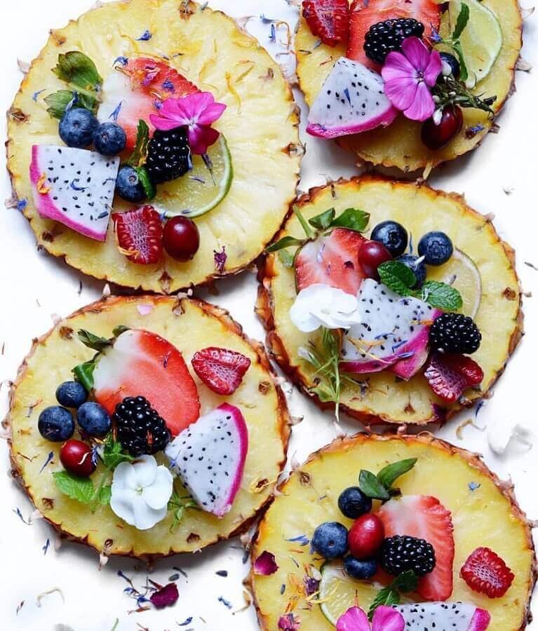 decoração de mesa com frutas com rodelas de abacaxis como suporte Foto Neu dekoration stile