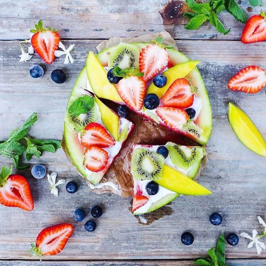 decoração de mesa com frutas com tábua de madeira rústica Foto Pinterest