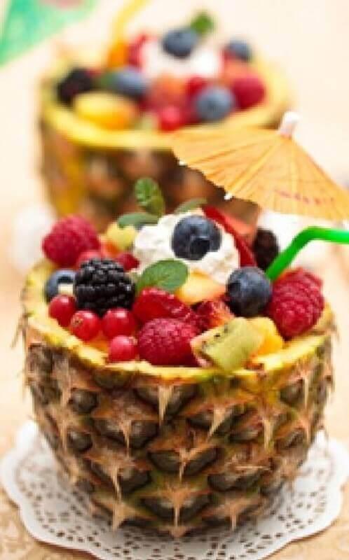 decoração de mesa com frutas dentro de abacaxi Foto Pinterest