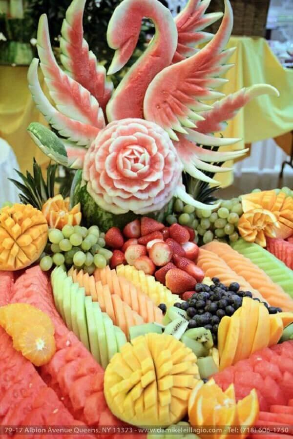 decoração de mesa com frutas e escultura em melancia Foto Da Mikele Illagio