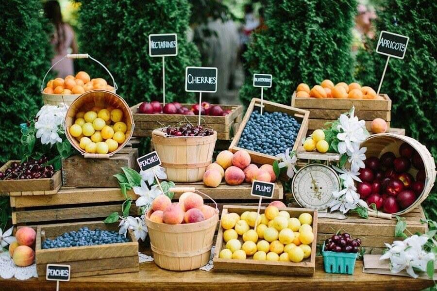 decoração de mesa com frutas em caixotes e cestas de madeira Foto Salve a Noiva