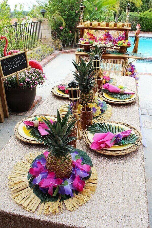 decoração de mesa rústica para festa luau com folhas abacaxis e sousplat de fibra natural Foto Pinterest