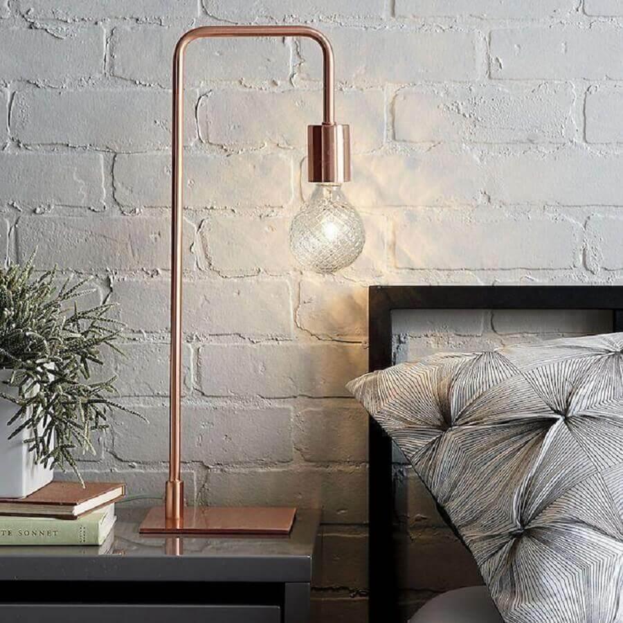decoração de quarto com parede de tijolinho branco e luminária de mesa na cor cobre Foto Macys