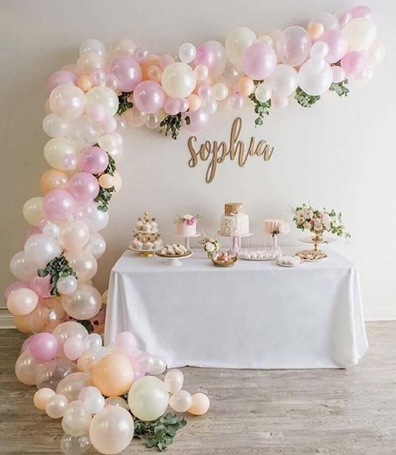 decoração delicada para mesversário de menina com arranjo de balões e folhagens Foto Pinterest