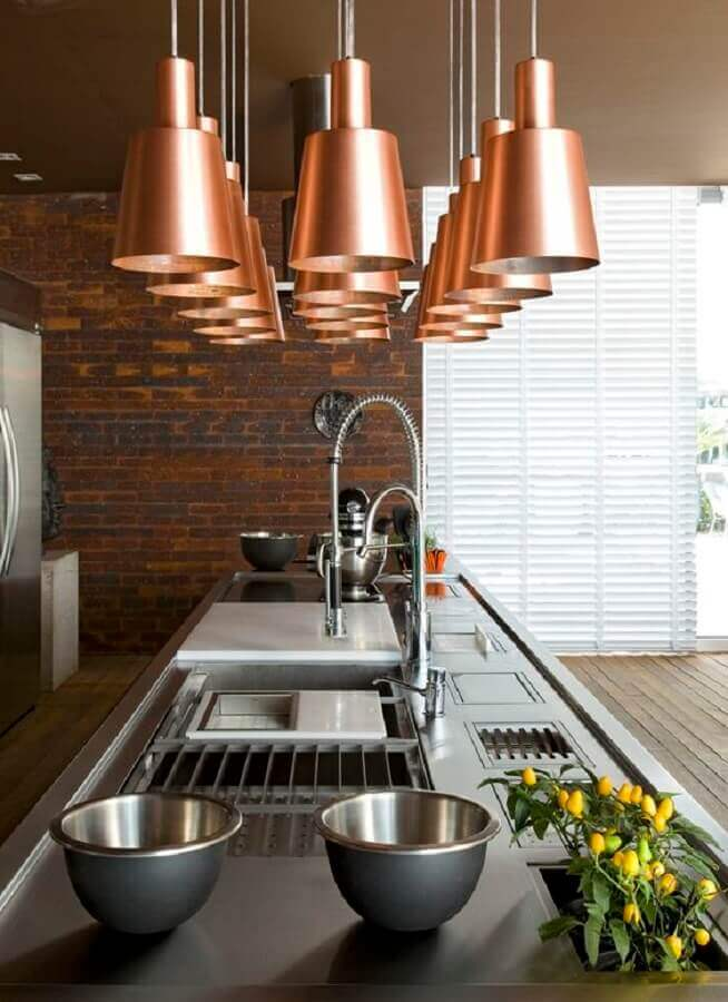 decoração em cobre para cozinha moderna com parede de tijolinho e várias luminárias pendentes Foto Blog da Tetê