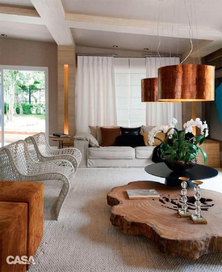 decoração em cobre para sala de estar com pendentes sobre mesa de centro rústica Foto Superfluo Necessário