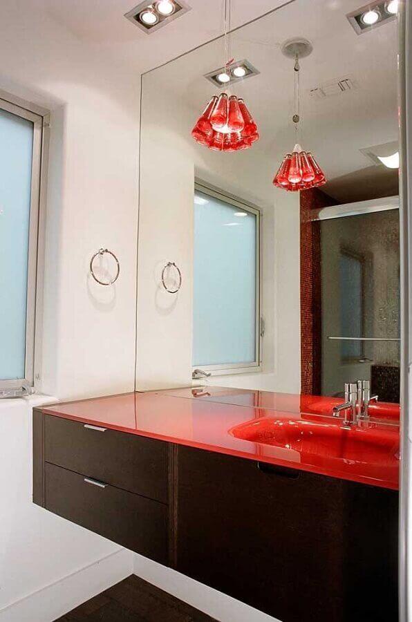 decoração em tons de vermelho para banheiro com gabinete de madeira escura Foto Apartment Geeks