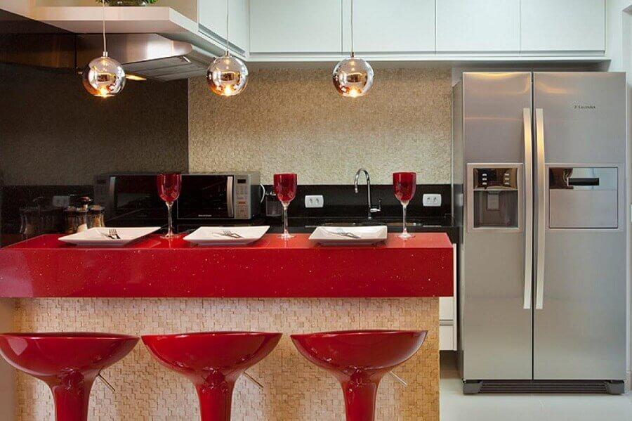 decoração em tons de vermelho para cozinha pequena planejada com armários aéreos Foto Aquiles Nícolas Kílaris