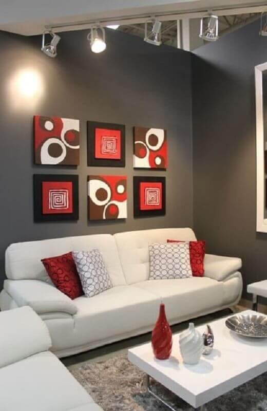 decoração em tons de vermelho para sala cinza com sofá branco Foto Pinosy