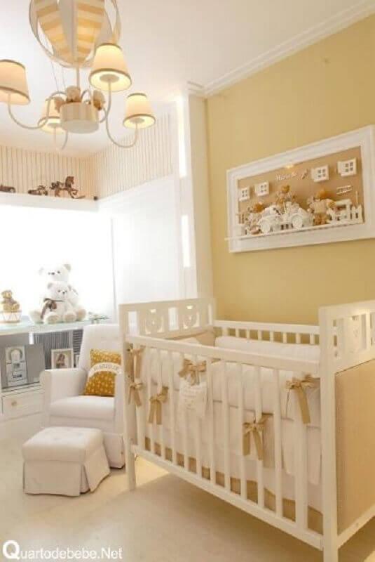 decoração em tons neutros com lustre balão para quarto de bebê com vários ursinhos de pelúcia Foto Decoração de Casa