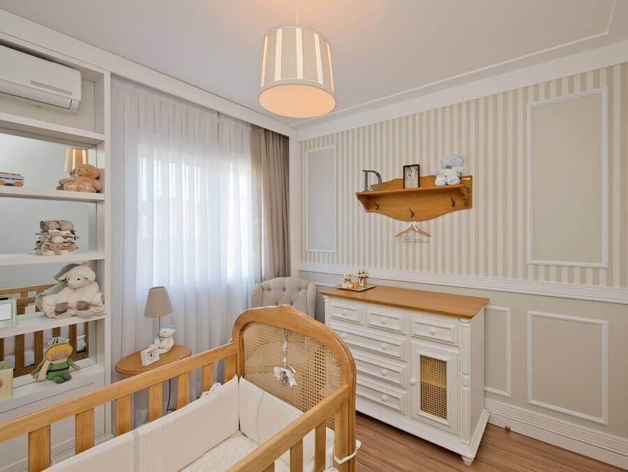 decoração em tons neutros com lustre para quarto de bebê com boiserie  Foto Espaço do Traço