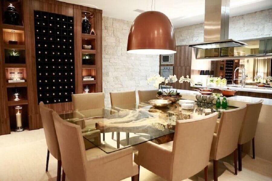 decoração em tons neutros para sala de jantar com luminária na cor cobre sobre mesa de vidro Foto Marcia Baziqueto Peres