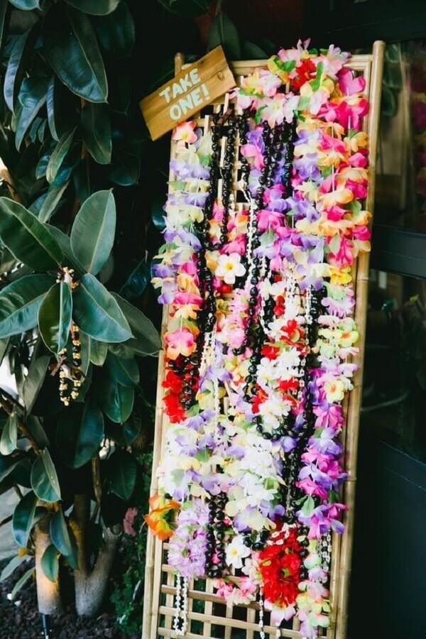 decoração festa havaiana luau com colares de flores coloridas Foto Modern Tiki Lounge