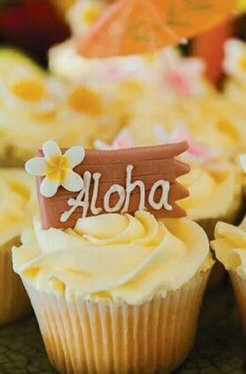 decoração festa havaiana luau com cupcake personalizado Foto Pinterest