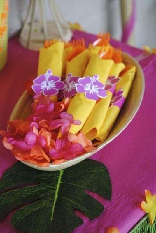 decoração festa luau simples com guardanapos coloridos Foto Pinosy
