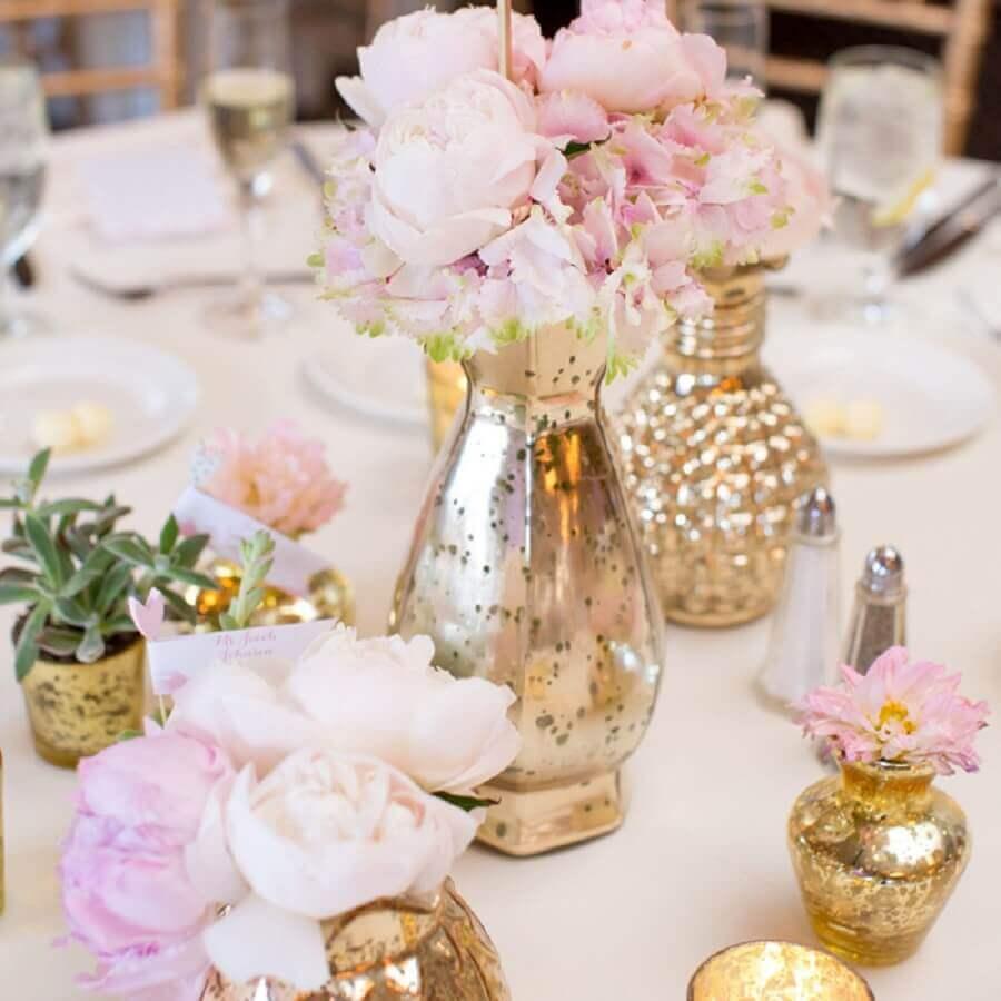 decoração mesa posta com vasinhos dourados e flores rosa